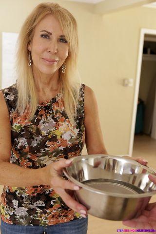Парень имеет подругу в лохматку, пока жена готовит обед на кухне