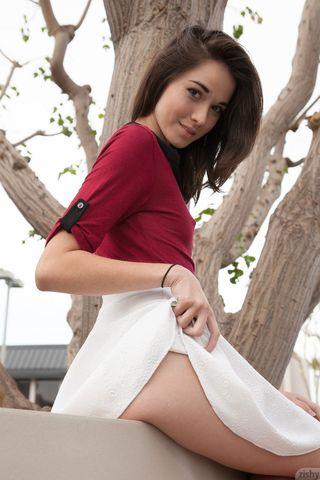 Брюнетка задирает на лавочке белую короткую юбку и светит полосатыми трусами