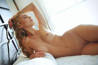 Блонда раком показывает на фото упругий нежный анус и раскрывшуюся писюлю