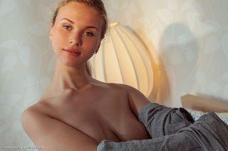 Домохозяйка в сером платье играет с большими сиськами и пиздой в постели