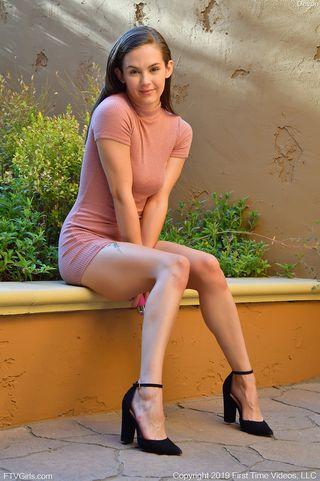 Фотограф просит девку в розовом платье в саду встать раком и показать в камеру ватрушку