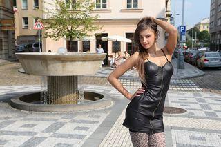 Девка на улице расстегнула кожаное платье и показала пилотку и сиси