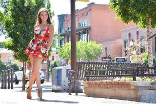Красотка на террасе показывает другу, что под платьем в цветочек на ней нет трусиков