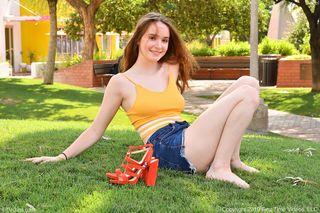 Студентка в оранжевых туфлях загоняет дилдо в задний проход и стонет