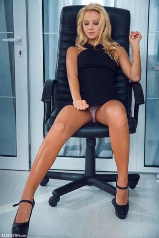Женщина-босс на крутящемся черном стуле снимает фото нежной розовой писечки