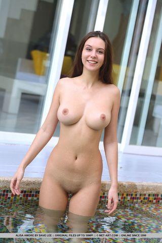 Красавица в бассейне позирует голой перед мускулистым соседом и хочет секса