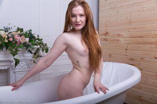 Рыжая в ванной показала соседку на камеру лохматое влагалище