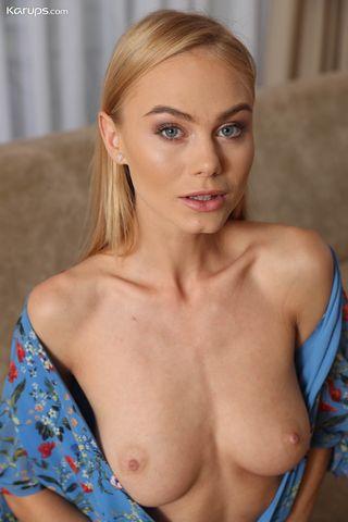 Блонда в черных туфлях на кремовом диване светанула дыркой между ног перед камерой