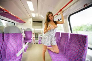Красавица в автобусе на фиолетовых сидениях показывает под платьем голую писюлю