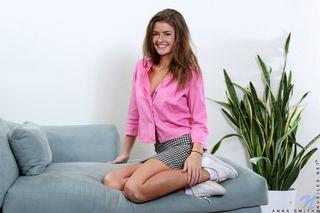Актриса на кастинге на сером диване сделала фото с мастурбацией щели