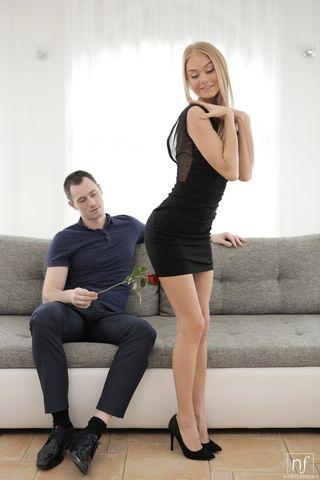 Парень подарил любимой розу и до спермы оттрахал на сером диване