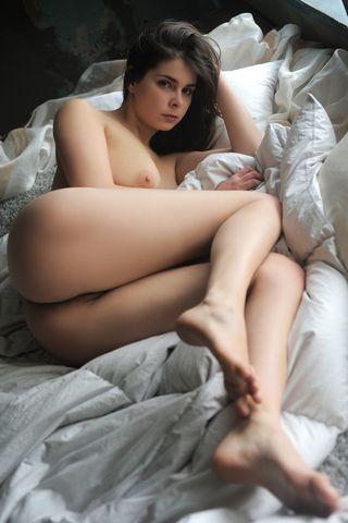 Брюнетка в черных чулках глубоко сует пальцы в нежную вагинальную щель