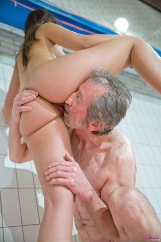 Старик в бассейне на оранжевом надувном матрасе поимел сисястую спортсменку