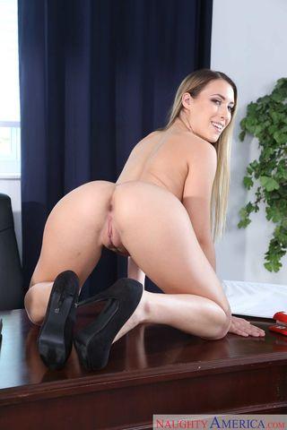 Секретарша заставляет босса фотографировать ее упругую жопку и писечку на столе