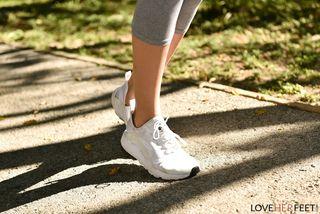 Девка после пробежки сняла серые штаны и посветила в камеру теплой потной писюлей