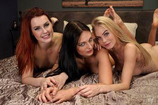 Три фитоняши после утренней зарядки на кровати замутили лесбийскую групповуху