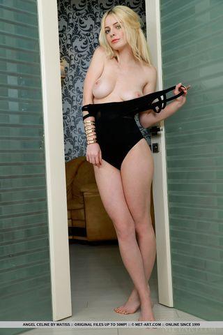 Блондинка перед зеркалом позирует и любуется голой попкой и розовой писюлей