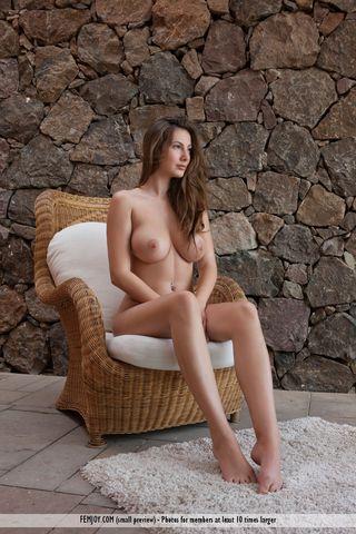 Деваха снимает фото крупных сисек и бритой писечки на плетеном кресле