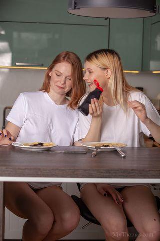 Две подруги на обеденном столе кушают друг дружке теплые вагины