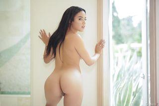 Латинка в первый раз позирует для эротических фотографий нагишом