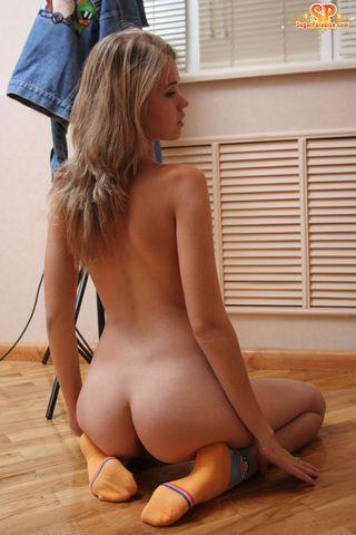 Студентка в оранжевых носках раком на полу мастурбирует промежность