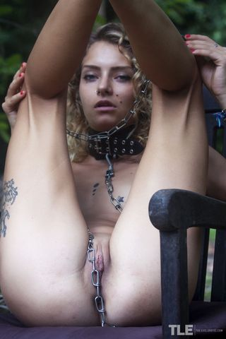Кудрявая с тату на ногах обвешана вся цепями на голом красивом теле