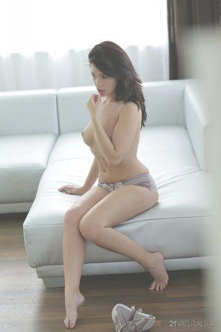 Молодка на белоснежном диване всей рукой ласкает приятную ватрушку