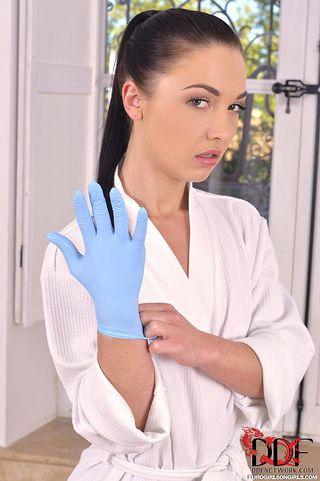 Массажистка поставила на четвереньки клиентку и анально отфистила рукой в голубой перчатке