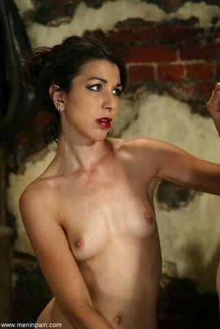 Госпожа приковала голого раба к деревянному столбу и подрочила жестко рукой его член