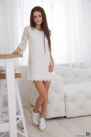 Начинающая фотомодель стесняется снять белое платье и показать стоячие сиськи