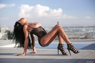 Мулатка устроила эротическую фотосессию на крыше офисного здания