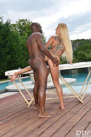 Черный сделал возбуждающий массаж белой и трахнул ее на столе у бассейна