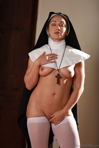Монахиня снимается в эротической фотосессии и гладит пилотку