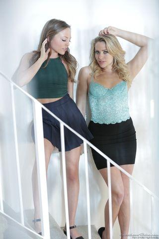 Две красотки в черных юбках на ступеньках лестницы мнут руками обнаженные сиськи