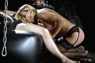 Мужик приковывает цепями блондинку и дерет ее в горло длинной палкой