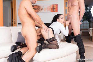 Горничная принимает толстый член господина и его друга в анусе и пизденке